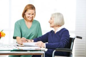 Seniorin macht Gedchtnistraining mit Altenpfleger