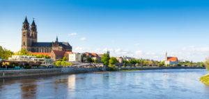 Magdeburg an der Elbe mit Dom, Elbterassen und Johanniskirche im Frühling